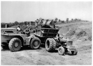 DIAMANG 1963 - «Traxcavator» loading gravel mined in the Luembe riverbed