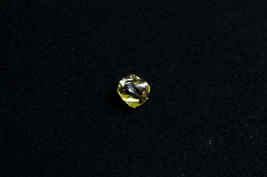 Fancy yellow diamond, clean 3,96 ct
