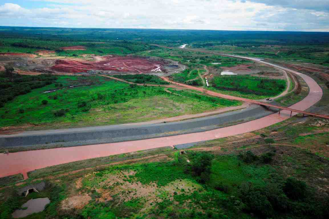 The Camatchia kimberlite mine (left) with the Chicapa River diversion (Lunda, Angola)